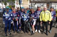 Le groupe à l'arrivée avec notre motard !